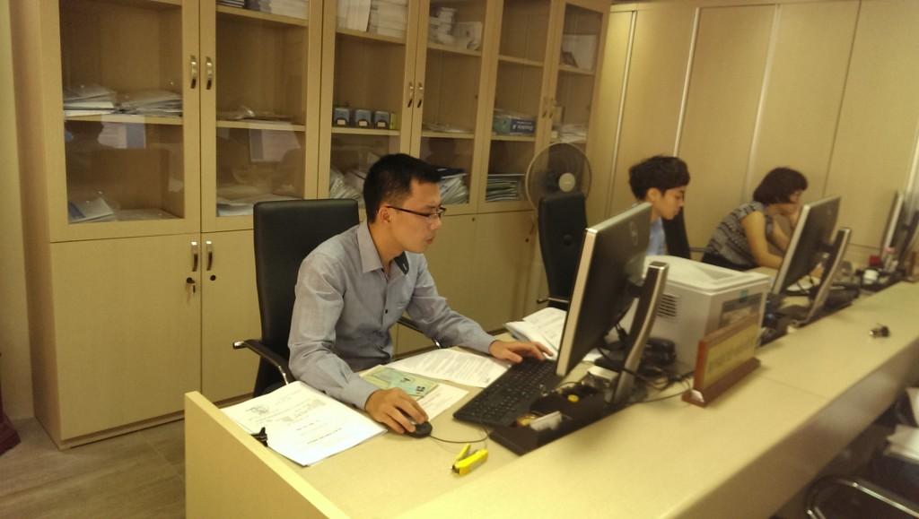 Đội ngũ nhân viên đang hoàn thiện nhanh nhất hồ sơ cho khách hàng